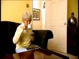 Oma telefoniert